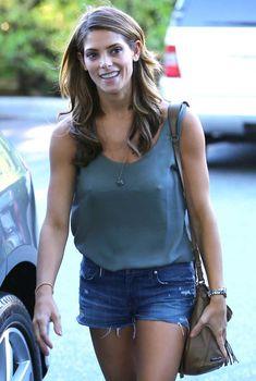 Торчащие соски Эшли Грин сквозь топ в Западном Голливуде, 2014