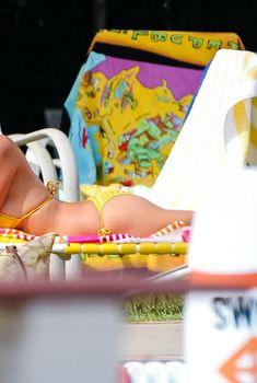 Горячая Эшли Грин в сексуальном купальнике на съёмках фильма «Лето на Статен-Айленд», 2015