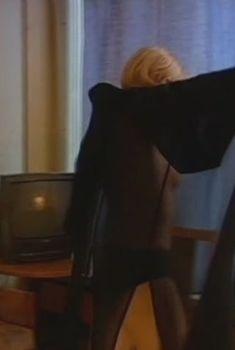 Ольга Понизова оголила грудь в сериале «Бандитский Петербург 3: Крах Антибиотика», 2001