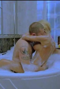 Горячая Маша Малиновская засветила голую грудь в фильме «Боксеры предпочитают блондинок», 2010