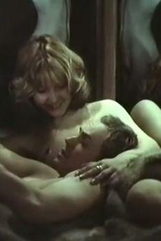Анна Тихонова оголила грудь в фильме «В городе Сочи темные ночи», 1990