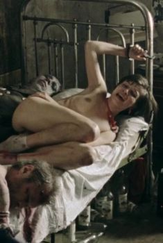 Агния Кузнецова оголила грудь и попу в фильме «Груз 200», 2007