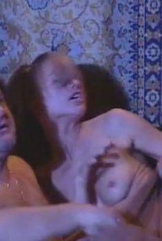 Горячая Евгения Гусева оголила грудь в фильме «Дачница», 2008