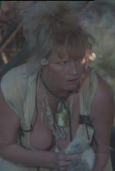Наталья Гундарева оголила грудь в фильме «Две стрелы. Детектив каменного века», 1989