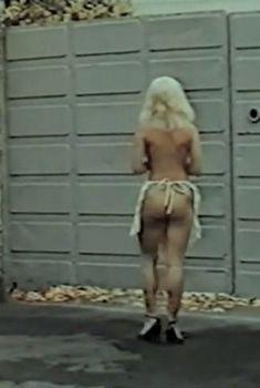 Молодая Юлия Меньшова оголила грудь и попу в фильме «Действуй, Маня!», 1991
