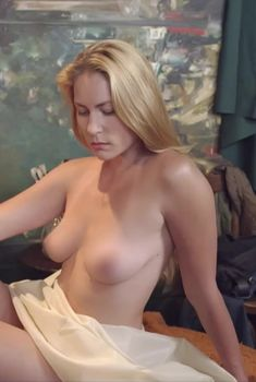 Голая грудь Юлии Мельниковой в сериале «Дело чести», 2013