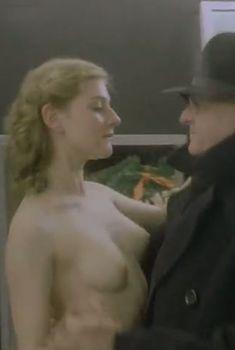 Вера Сотникова показала оголила грудь и попу в фильме «Десять лет без права переписки», 1990
