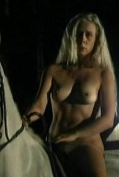 Голая грудь Екатерины Лапиной в фильме «ДМБ-003», 2001