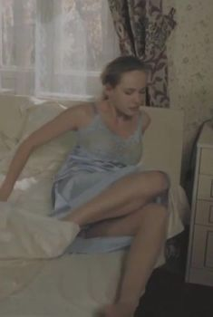 Анна Горшкова засветила трусики в сериале «Дом с лилиями», 2013