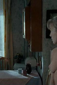 Дарья Мороз показала голую грудь в сериале «Женщины в игре без правил», 2004