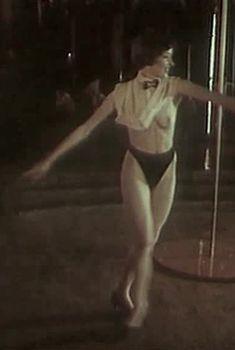 Полностью голая Жанна Эппле в фильме «Заряженные смертью», 1991