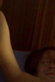 Любовь Толкалина слегка засветила грудь в фильме «Затворник», 1999