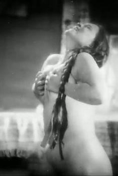 Страстная Елена Максимова оголила грудь и попу в фильме «Земля», 1930
