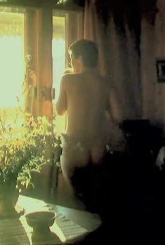 Красивая Елена Сафонова оголила грудь и попу в фильме «Зимняя вишня», 1985