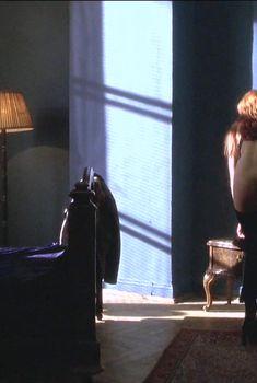 Голая попка Виктории Смирновой в фильме «Иностранец», 2003