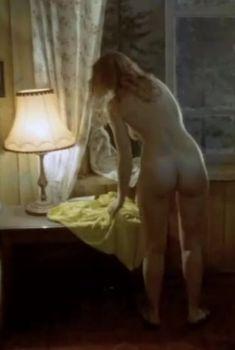 Анна Назарьева оголила грудь и попу в фильме «Как живете, караси?», 1991