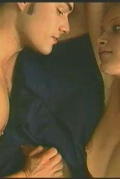 Голая грудь Александры Флоринской в фильме «Кобра: Черная кровь», 2001