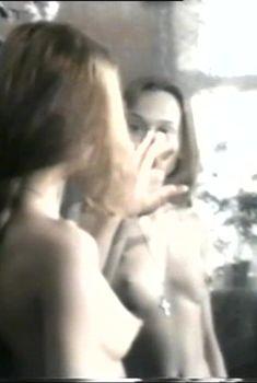 Елена Корикова показала голую грудь в фильме «Колечко золотое, букет из алых роз», 1994