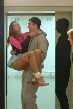 Глубокое декольте Кристины Исайкиной в сериале «Кризис нежного возраста», 2016