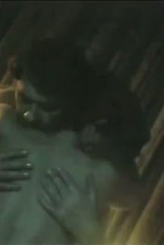 Обнажённая грудь Ирины Алферовой в фильме «Кровь за кровь», 1991