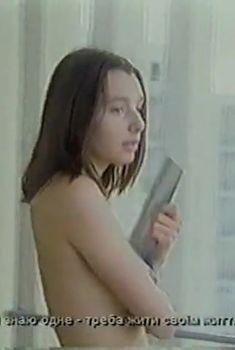 Наталия Антонова засветила голую грудь в сериале «Курортный роман», 2001