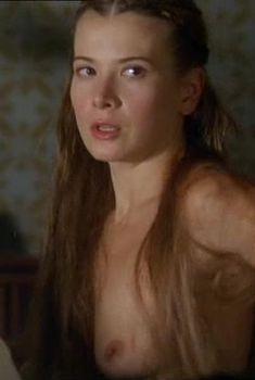 Юлия Высоцкая оголила грудь в фильме «Лев зимой», 2003
