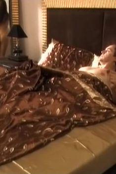 Голая попа Анны Снаткиной в фильме «Летом я предпочитаю свадьбу», 2009