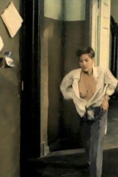 Голая грудь Жанны Эппле в фильме «Ловкач и Хиппоза», 1990
