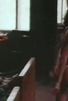Голая грудь Инги Ильм в фильме «Луна-парк», 1992
