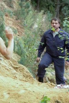 Голая попа Анны Миклош в сериале «Любовь как несчастный случай», 2012