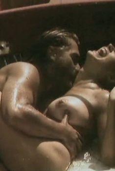 Полностью голая Оксана Калиберда в фильме «Любовь на острове смерти», 1991