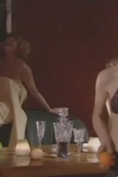 Оксана Сташенко слегка засветила грудь в сериале «Место под солнцем», 2004