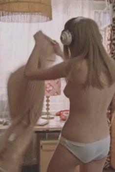 Наталья Вавилова засветила голую грудь в фильме «Москва слезам не верит», 1979