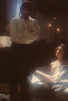 Эротичная Ольга Кабо оголила грудь в сериале «Мушкетеры 20 лет спустя», 1992