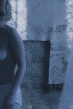 Голые сиськи Дарьи Мороз в фильме «Нанкинский пейзаж», 2006