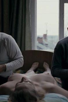 Пышная голая грудь Юлии Ауг в фильме «Овсянки», 2010