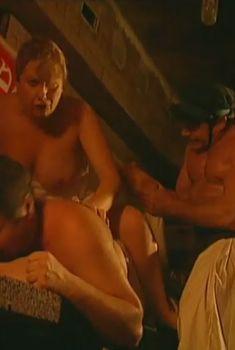 Оксана Сташенко показала голую грудь в фильме «Особенности банной политики, или Баня 2», 2000