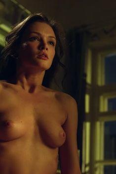 Красивая голая грудь Паулины Андреевой в сериале «Оттепель», 2013