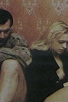 Екатерина Кмит оголила грудь и попу в фильме «Охота на сутенера», 1990