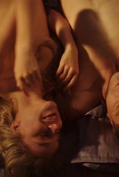 Красивая Арина Постникова слегка засветила грудь в фильме «Полное превращение», 2015
