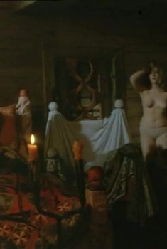 Голая грудь Юлии Ауг в фильме «Похищение чародея», 1989