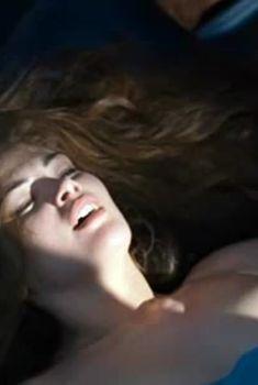 Очаровательная Юлия Галкина оголила грудь в фильме «Поцелуи падших ангелов», 2007