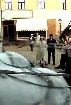 Голая попа Амалии Мордвиновой в фильме «Роковые яйца», 1995