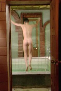 Голая попа Алёны Бабенко в фильме «Серебряная свадьба», 2001