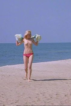 Голые сиськи Александры Захаровой в фильме «Серые волки», 1993