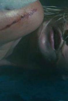 Красивая голая попа Анастасии Паниной в фильме «Скалолазка и последний из седьмой колыбели», 2007