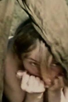 Марина Яковлева немного засветила голую грудь в фильме «Снайперы», 1985
