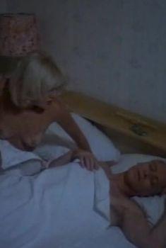 Голая грудь Александры Захаровой в фильме «Сыскное бюро «Феликс»», 1993