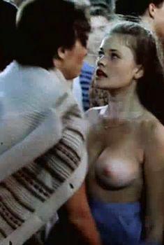 Сочная голая грудь Анны Назарьевой в фильме «Танцплощадка», 1985