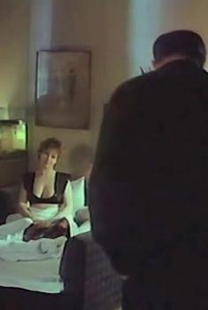 Евгения Добровольская показала голую грудь в фильме «Террористка», 1991
